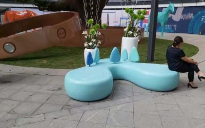 贵州贵阳龙里县摩都预购公园玻璃钢坐凳雕塑